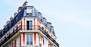 rot-weiße Hausfassade von einer Wohnung, die mit einem Zeitmietvertrag gemietet wurde.