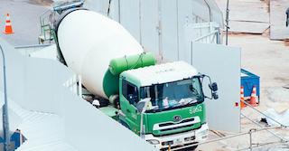 grüner LKW auf einer Baustelle symbolisiert Lärm, der zur Mietminderung führte