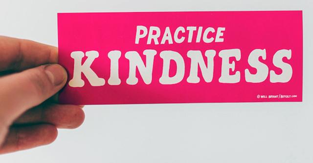 pinker Sticker mit der Aufschrift 'Practice Kindness' der verdeutlicht, dass Aufkleber am Türrahmen weitestgehend erlaubt sind