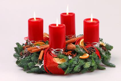 Adventkranz mit vier, roten und brennenden Kerzen