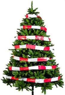 Weihnachtsbaum mit Absperrband eingewickelt