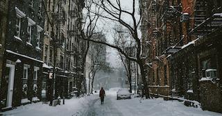 vom Winterdienst geräumte Hauptstraße und Häuserfassaden an der Seite