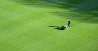 Hilfsarbeiten: Der Mieter muss auch mal den Rasen mähen
