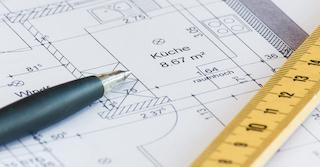 Grundriss einer Küche auf dem ein gelbes Lineal und ein Kugelschreiber liegen