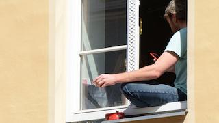 Rauchen auf dem Balkon oder am Fenster
