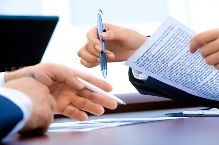Schreibtischoberfläche, auf der Blätter mit Informationen zu den Vereinbarungen im Mietvertrag liegen.